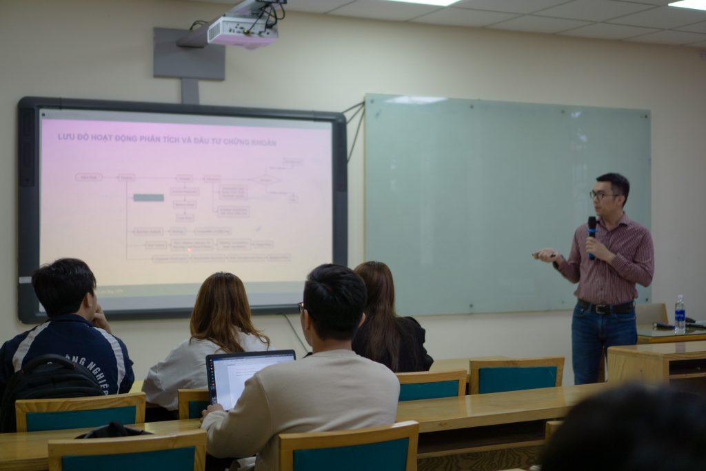 Diễn giả Lý Lâm Duy chia sẻ kiến thức chuyên môn cho TOP 10