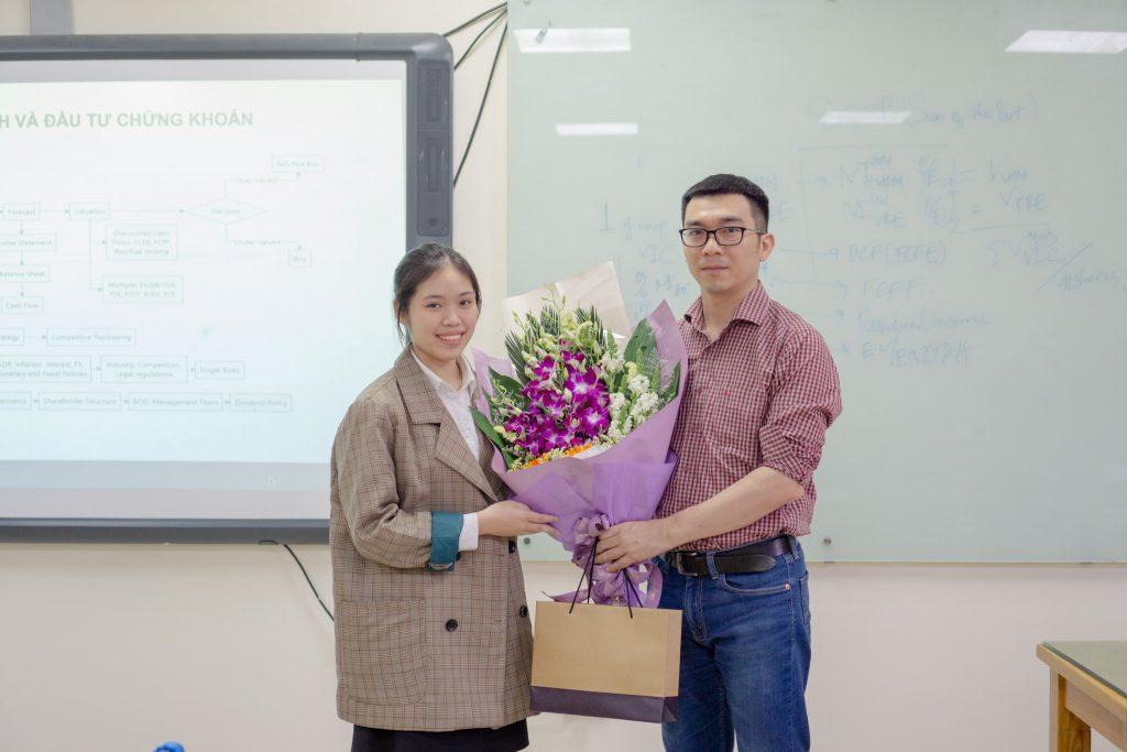 BTC tặng quà kỉ niệm, cảm ơn diễn giả Lý Lâm Duy
